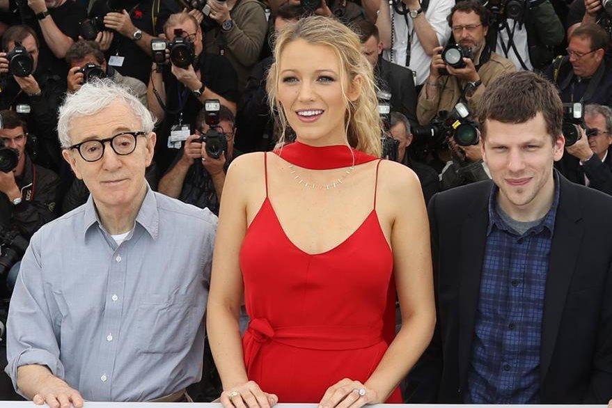 Los protagonistas del filme Blake Lively y Jesse Eisenberg, junto a Woody Allen. (Foto Prensa Libre, AFP).