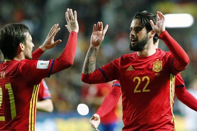Isco Alarcón es felicitado por David Silva tras marcar el cuarto gol ante Israel. (Foto Prensa Libre: EFE)