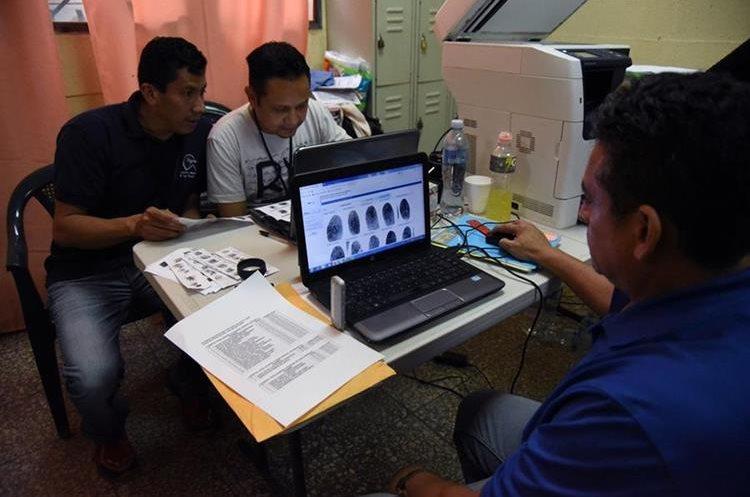 Personal del Instituto Nacional de Ciencias Forenses trabaja para identificar a las víctimas. (Foto Prensa Libre: AFP)