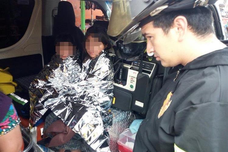 Los menores abandonados por sus padres ebrios fueron atendidos por los bomberos. (Foto Prensa Libre: CBV)