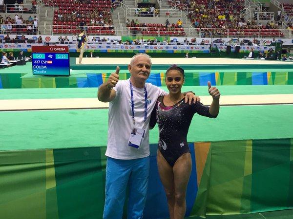 Gómez y su entrenador, Adrián Boboc, celebran la clasificación a Río. (Foto Prensa Libre: Sofía Gómez/Twitter).