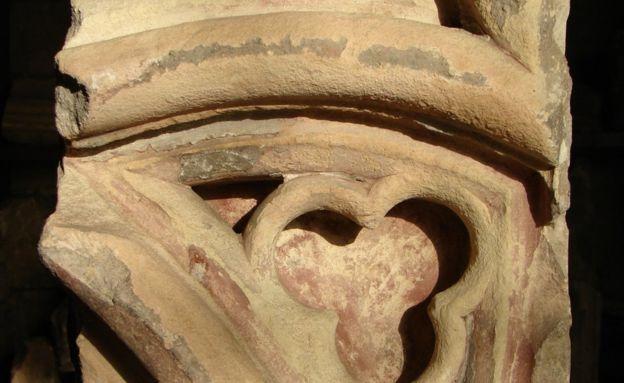 Una piedra que sobrevivió de la catedral medieval, aunque el calor del fuego la hizo cambiar de color. CAPÍTULO DE LA CATEDRAL DE SAN PABLO