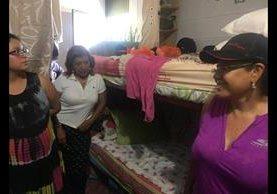 Anabella de León —de blusa blanca—, exregistradora de la Propiedad, en una inspección en las celdas de mujeres de la cárcel Mariscal Zavala, zona 17. (Foto: Hemeroteca PL)