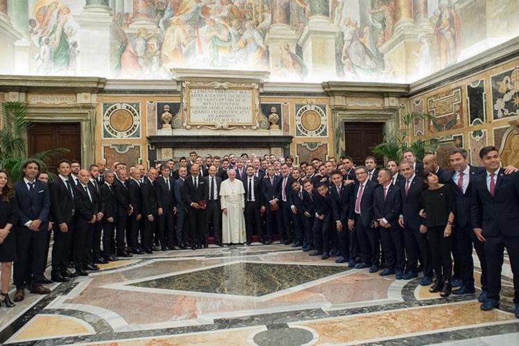 Jugadores de la Roma y de San Lorenzo posan junto al papa Francisco. (Foto Prensa Libre: Twitter Roma)