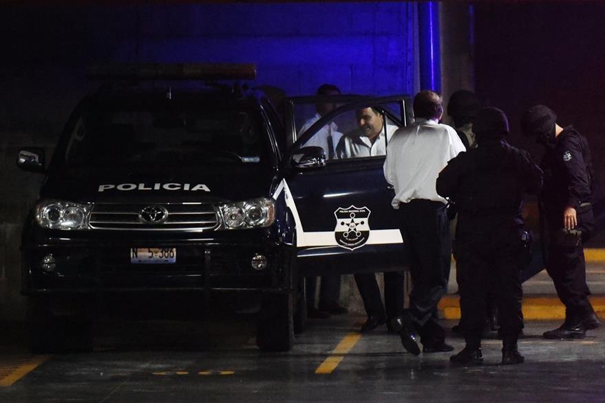 El expresidente Saca aborda la unidad policial al retirarse de Tribunales, el martes último. (Foto Prensa Libre: AFP).