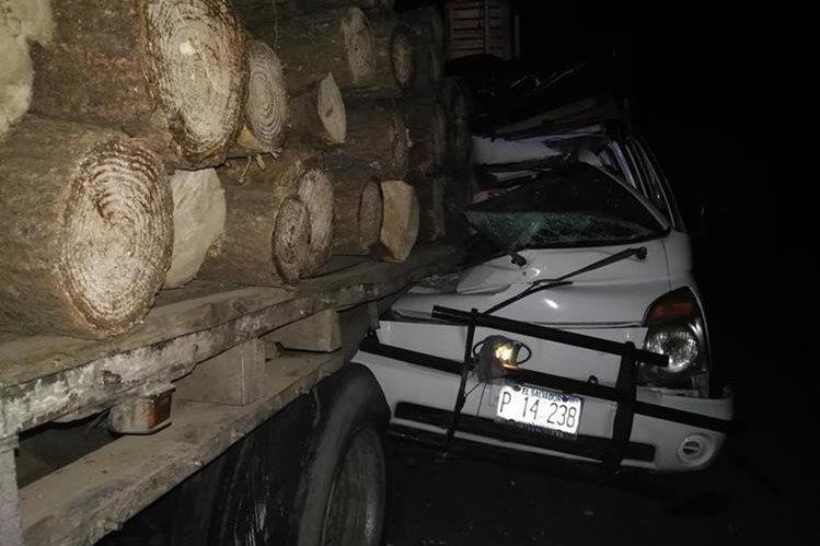 Automotor accidentado en el km 111. 5 de la ruta Interamericana. (Foto Prensa Libre: Ángel Julajuj).
