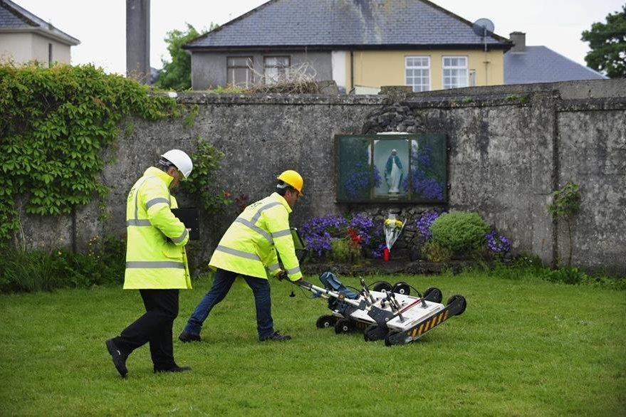 Dos ingenieros utilizando un georradar para localizar los restos humanos. (EFE).