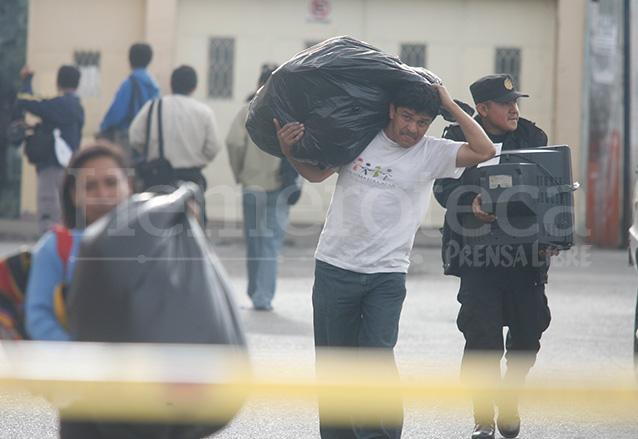 Decenas de vecinos del Barrio San Antonio, zona 6, fueron evacuados para evitar que aumentara la tragedia.  (Foto: Hemeroteca PL)
