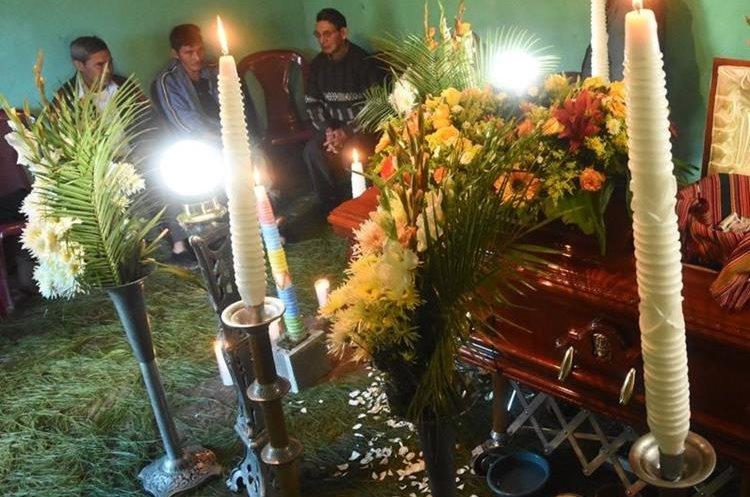 El cuerpo de Tomás Calvo Mateo es velado en su vivienda en Saquilla Segundo, Chichicasteango. (Foto Prensa Libre: Héctor Cordero)