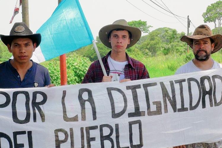 Emilio Pop,  Diego Martínez y Gilder Guzmán, caminan desde Retalhuleu hasta la capital, en protesta contra la corrupción. (Foto Prensa Libre: Melvin Popá)