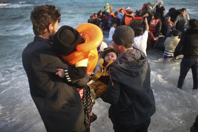 Refugiados e inmigrantes son rescatados por autoridades griegas en las costas del mar Egeo. (Foto Prensa Libre: AP).