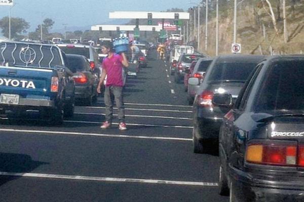 Largas filas de vehículos en garitas de la autopista Palín-Escuintla. (Foto Prensa Libre: @mrclpz_)