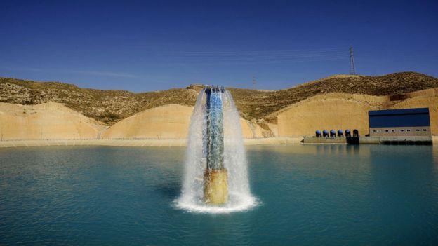El agua apta para consumo es vertida tras el proceso de desalinización en un reservorio de una planta en España. La mayor planta desalinizadora de Europa está en Torrevieja, Alicante. GETTY IMAGES