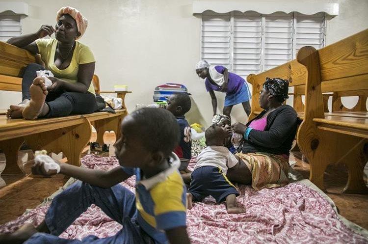 Familias buscan refugio en una iglesia en República Dominicana.
