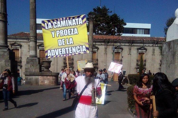 Osbaldo Ochoa sale del parque central de la ciudad de Quetzaltenango. (Foto Prensa Libre: María José Longo).
