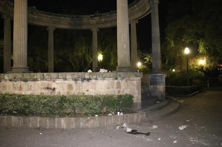 El quiosco que se halla en el Parque Central de Xela también sufrió daños. (Foto Prensa Libre: María Longo)