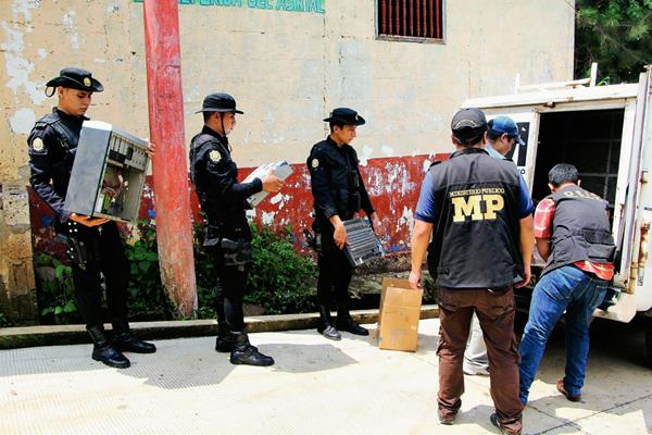 Agentes de la PNC y del MP decomisaron aparatos eléctricos en las radios ilegales, en El Asintal, Retalhuleu. (Foto Prensa Libre: Rolando Miranda)
