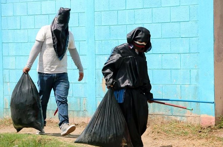 Estudiantes limpian el frente de la Escuela Oficial de Párvulos Lucas T. Cojulun, Xela. (Foto Prensa Libre: Carlos Ventura)