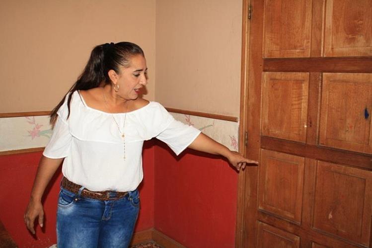 La alcaldesa Miriam Jeaneth Ordóñez, de San Cristóbal Acasaguastlán, El Progreso, muestra los impactos de bala en una de las puertas de su vivienda. (Foto Prensa Libre)