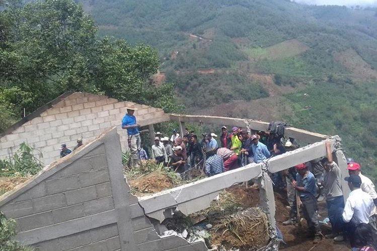 La PDH da acompañamiento a las personas afectadas por derrumbes y lluvias. (Foto Prensa Libre: Mike Castillo)