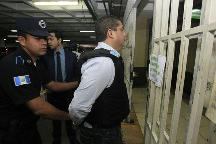 Juan Carlos Monzón Rojas acudió ante el Juez Miguel Ángel Gálvez, para solicitar más seguridad.(Foto Prensa Libre: Carlos Hernández)