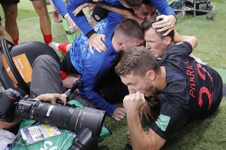 El fotógrafo salvadoreño continúa tomando imágenes aún tirado en el suelo.