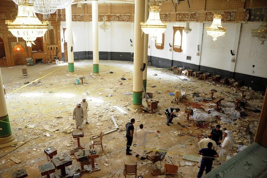Miembros de las fuerzas de seguridad y médicos inspeccionan el interior de la mezquita de Al Iman al Sadik tras un atentado en Kuwait. Al menos 25 personas murieron y otras 202 resultaron heridas.(Foto Prensa Libre: EFE).