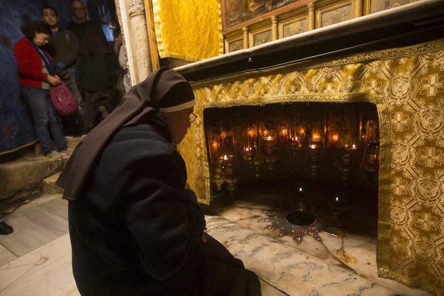 Una monja ora  ante la gruta en la que nació Jesús según la tradición cristiana, dentro de la Iglesia de la Natividad, en Belén, Cisjordania. (EFE)