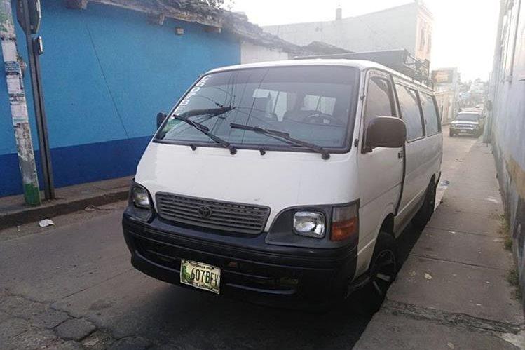 El microbús que conducía el piloto en estado de ebriedad, fue detenido por la PNC. (Foto Prensa Libre: Héctor Cordero)