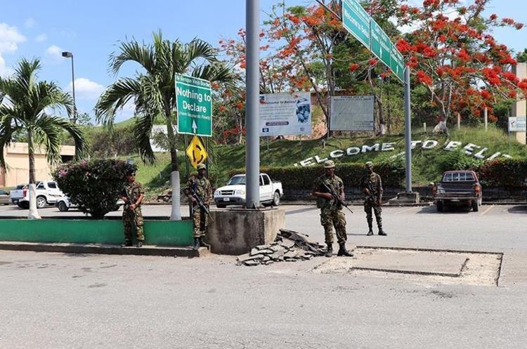 Un muro de 200 metros de largo y uno de alto construyen en la frontera con Petén. (Foto Prensa Libre: Gobierno de Belice)