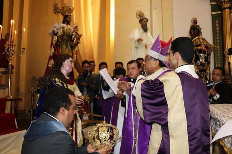 Decenas de devotos asistieron a la Consagración y coronación de la imagen de la Inmaculada Concepción. (Foto Prensa Libre: Julio Sicán)
