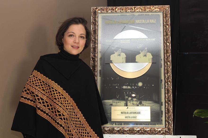 Natalia Lafourcade recibió disco de platino y oro por las ventas de su álbum Hasta la raíz. (Foto Prensa Libre: EFE)