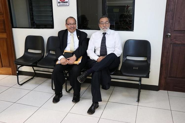 El alcalde Luis Grijalva (d) en una de las citaciones en tribunales, para presentar pruebas de descargo por uno de los antejuicios pendientes de resolver. (Foto Prensa Libre: María José Longo)