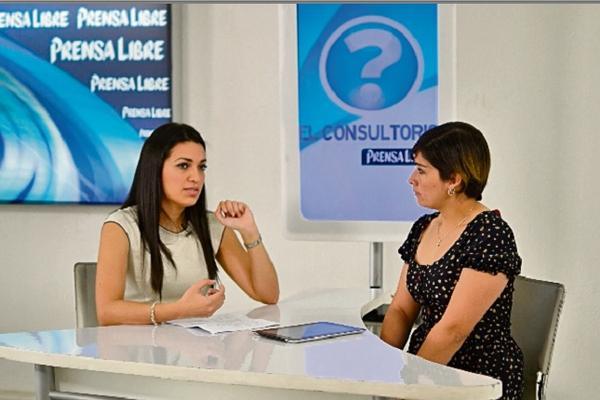 <p>La cirujana dentista Patricia del Carmen Ramos habla de salud bucal. (Foto Prensa Libre: Ángel Elías)</p>