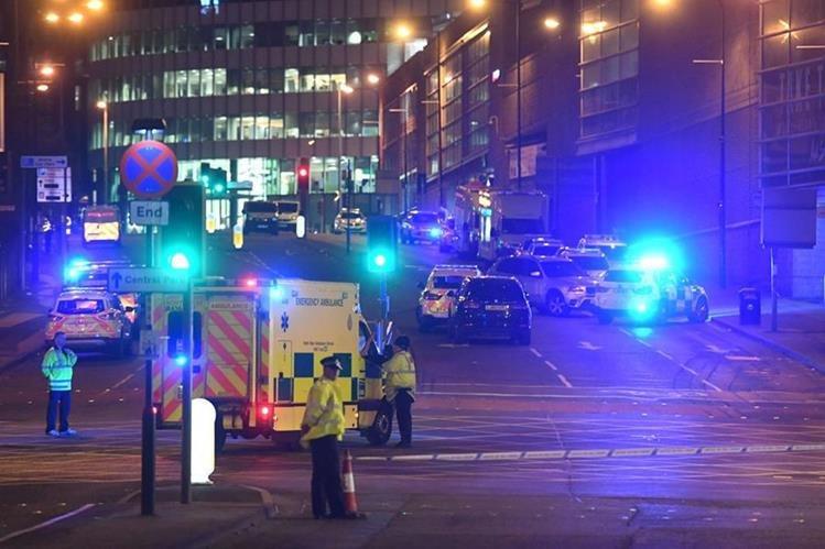 Un atentado, calificado como terrorista, dejó varios muertos y heridos a la salida del concierto de Ariana Grande, en Mánchester, Inglaterra (Foto Prensa Libre: AFP).