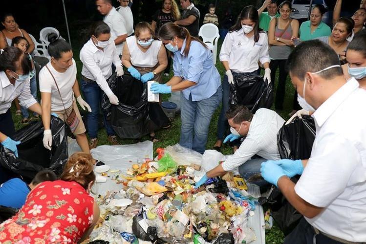 Familias de la colonia ExUnited Fruit Company, Puerto Barrios, aprenden sobre el reciclaje en sus viviendas. (Foto Prensa Libre: Dony Stewart)