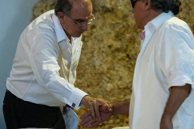 Jesus Santrich (derecha), comandante de las Farc, y Humberto de la Calle, negociador del Gobierno, se saludan en La Habana. (Foto Prensa Libre: AFP)