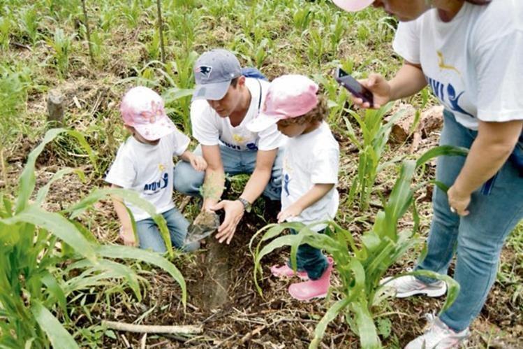 Dos niños  siembran un árbol, durante una  jornada de reforestación en Salamá, Baja Verapaz.