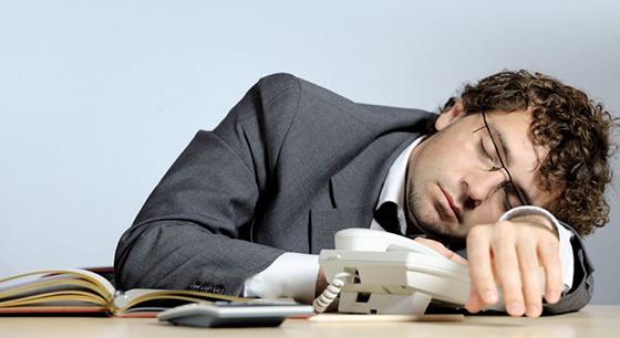El sueño  debe ser reparador.  Entre 7 y 8 horas debe dormir un adulto.