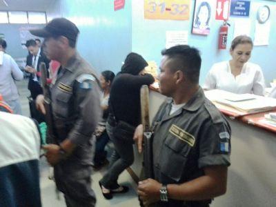 Guardias del Sistema Penitenciario realizaron el traslado de dos hombres y dos menores de edad este miércoles. (Foto Prensa Libre)