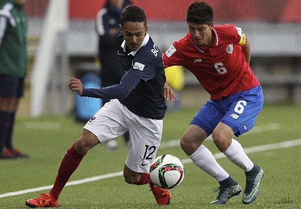 Luis Hernández de Costa Rica pelea el balón con Bilal Boutobba de Francia, en el Mundial Sub 17. (Foto Prensa Libre: AFP)