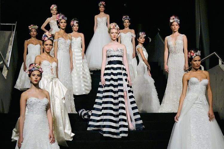 Modelos presentan la nueva colección de trajes de novia de la diseñadora Francesca Miranda. (Foto Prensa Libre Agencia AFP).