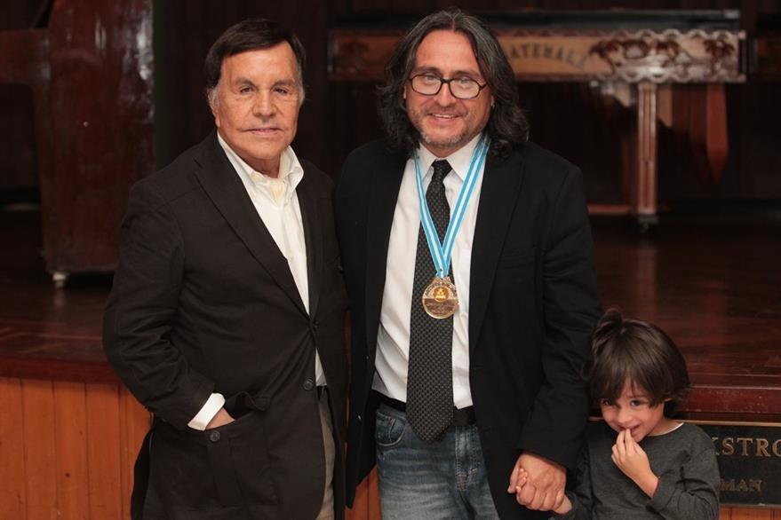 """Por su trayectoria en Artes Plásticas, la medalla fue para Sergio Valenzuela """"Valenz"""". Colocó la presea Elmar René Rojas. (Foto Prensa Libre: Edwin Castro)"""