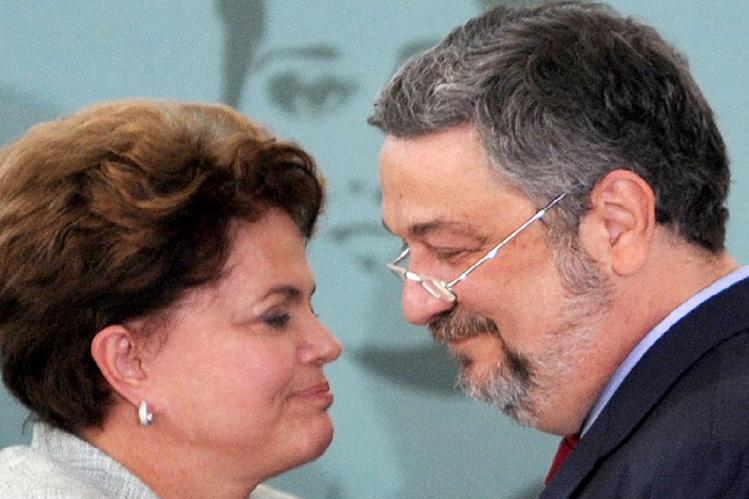 Antonio Palocci (d) y Dilma Rousseff durante una ceremonia en el Palacio de Planalto. (AFP).