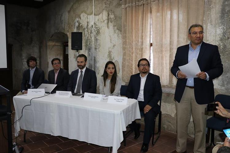 Autoridades locales y de Gobierno participaron en la presentación del proyecto. (Foto Prensa Libre: Julio Sicán)