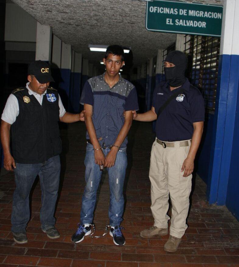 PNC entrega a autoridades salvadoreñas al presunto pandillero Óscar de Jesús Sagastume, en la frontera de Jutiapa con El Salvador. (Foto Prensa Libre: PNC)