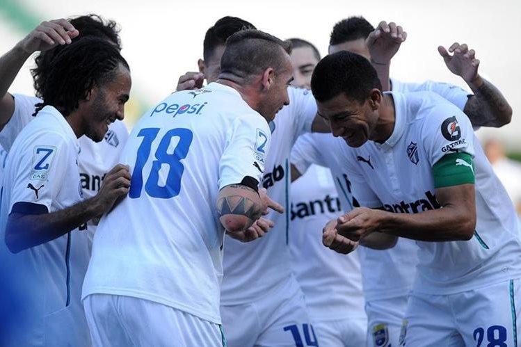 Emiliano López celebra su primer gol de chilena (Foto Prensa Libre: Óscar Felipe)