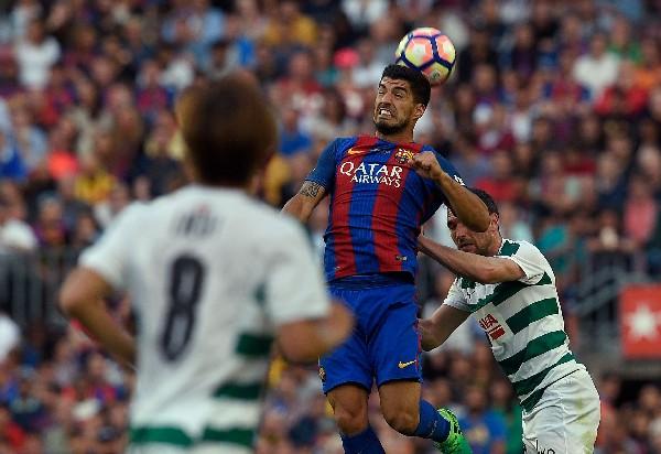 Luis Suárez se perdió una clara oportunidad de gol.