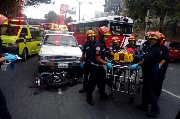 Motorista accidentado en Pamplona, zona 13.(Prensa Libre: Erick Ávila)