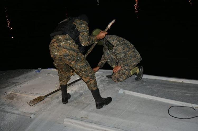 Elementos de la Marina de la Defensa Nacional trasladaron el sumergible hacia el Puerto Quetzal, para evaluar la nave. (Foto Prensa Libre: Ejército de Guatemala)